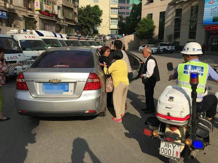 巴中六旬老太病倒路边 热心市民与交警施援手